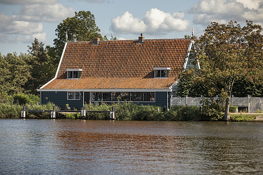 View of B & B Saenliefde in Wormer from the other side of the Zaan