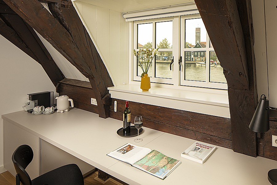 Spacious work area for business travellers at B & B Saenliefde in Wormer